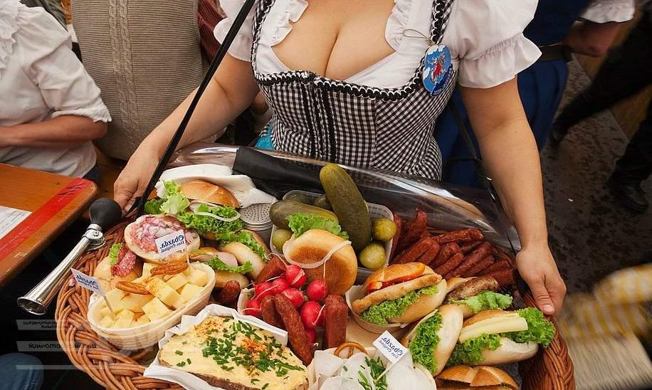 Официантка в Германии
