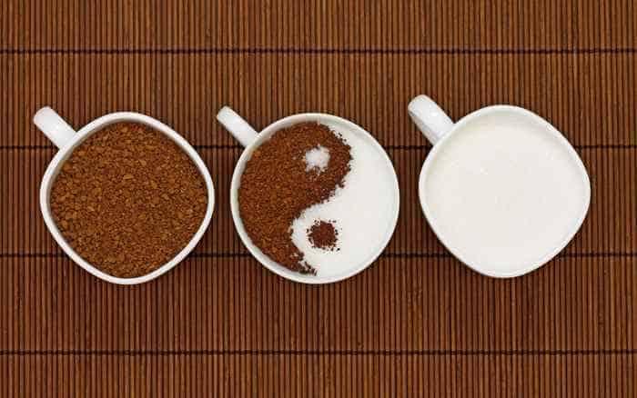 кофе в чашках с молоком и без него