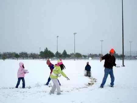 Игра в снежки с детьми