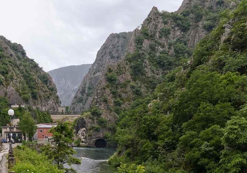 Плотина возле каньона
