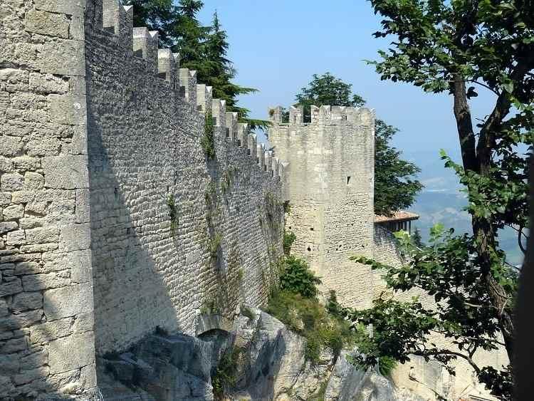стена крепости La Rocca o Guaita