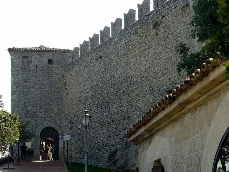 крепость La Rocca o Guaita