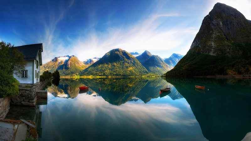 Домик в Норвегии на фьорде