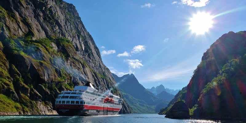 Круизное судно по фьордам Норвегии