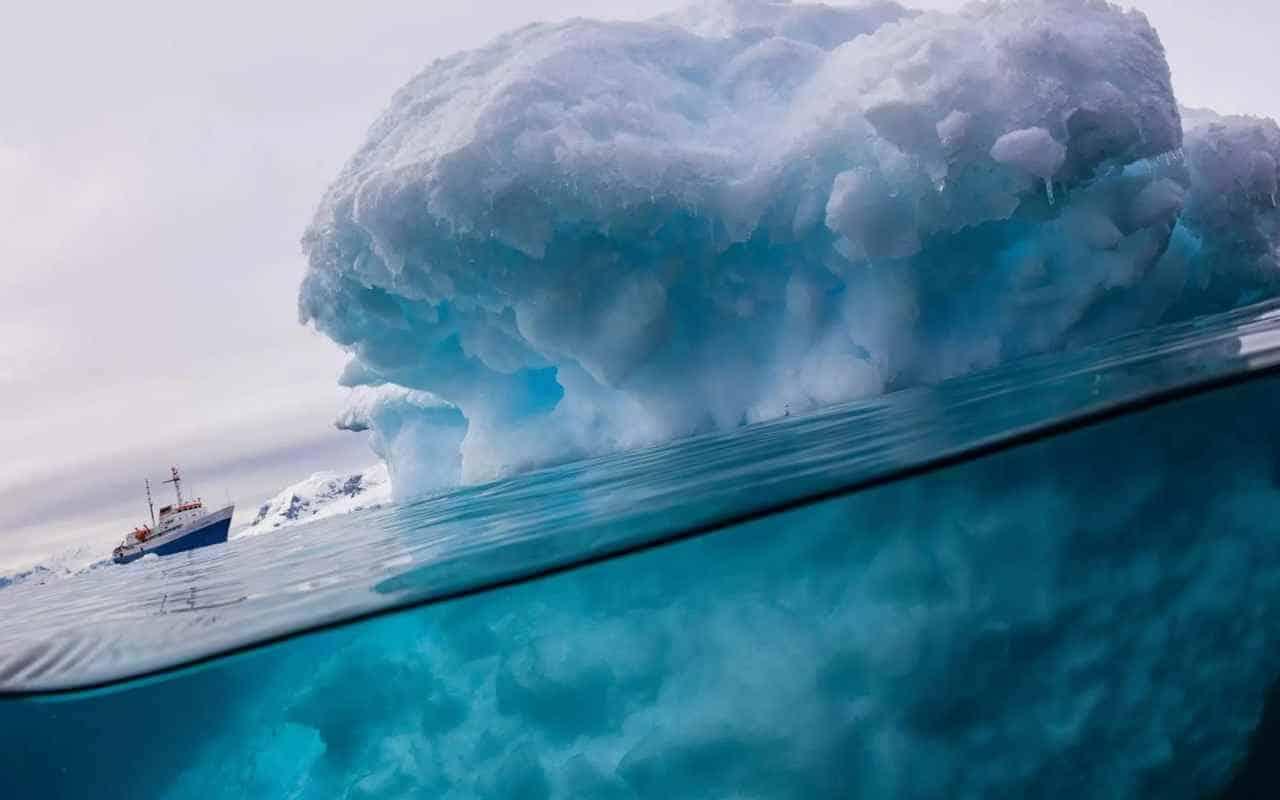 Айсберг под водой и сверху