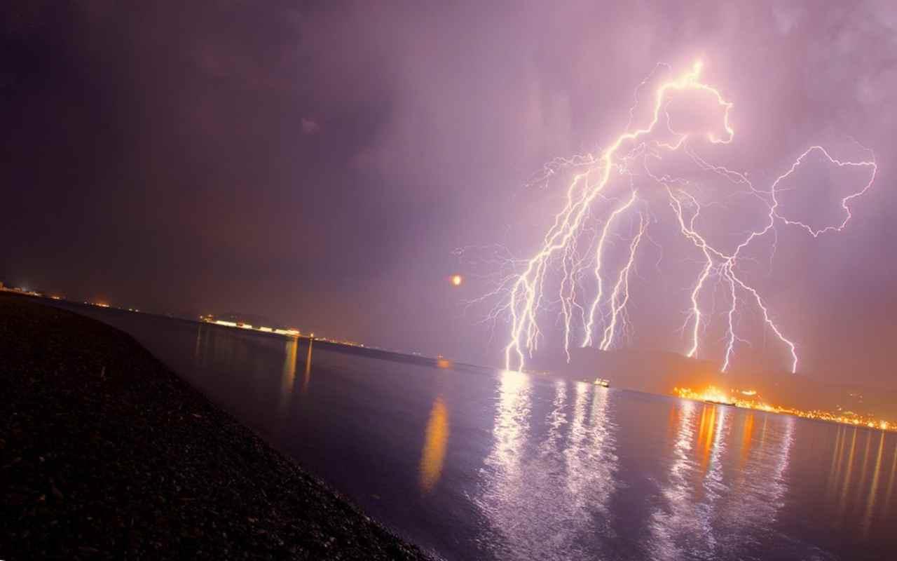 Молния над озером