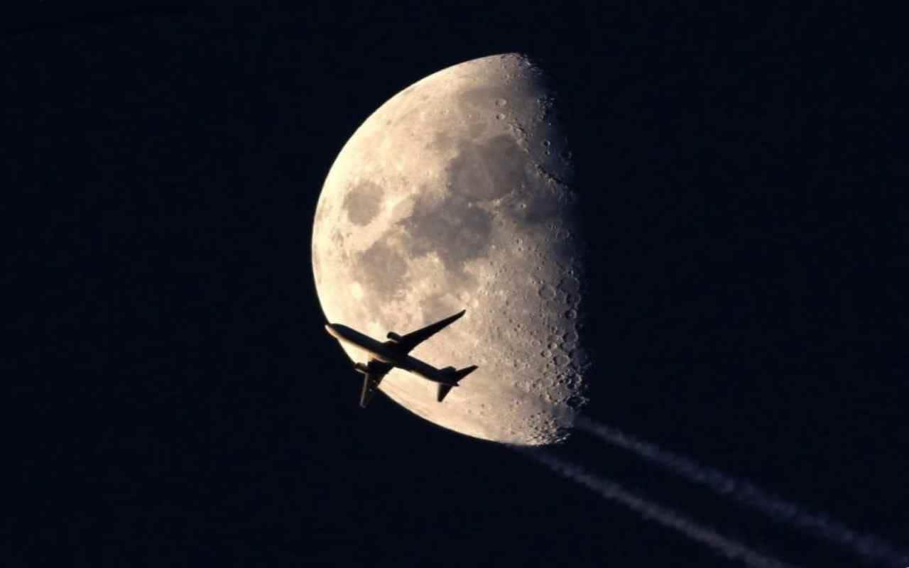 Полет на самолете на луну