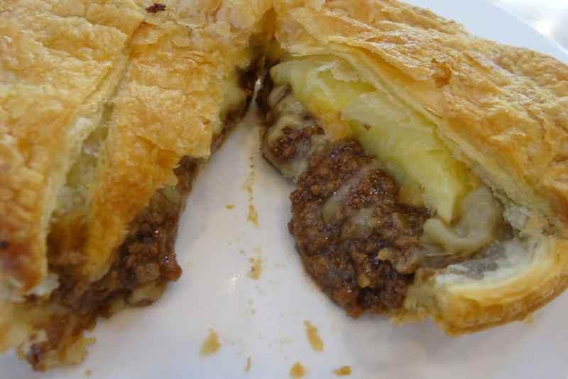 Пирожок с мясом и сыром