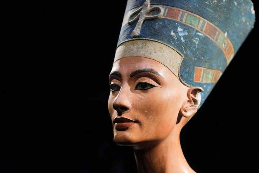Стилизованная статуэтка, изображающая Клеопатру