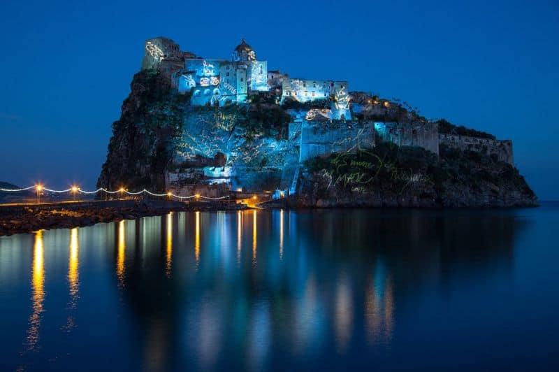 Арагонский замок очень красив ночью