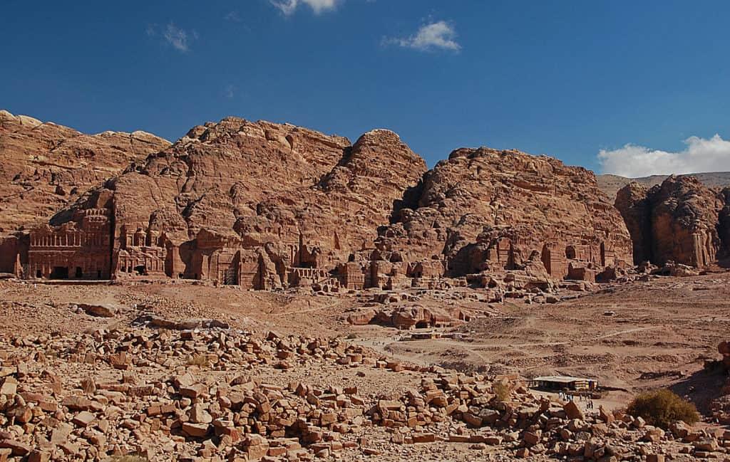 Город Петра, вырубленный в скале