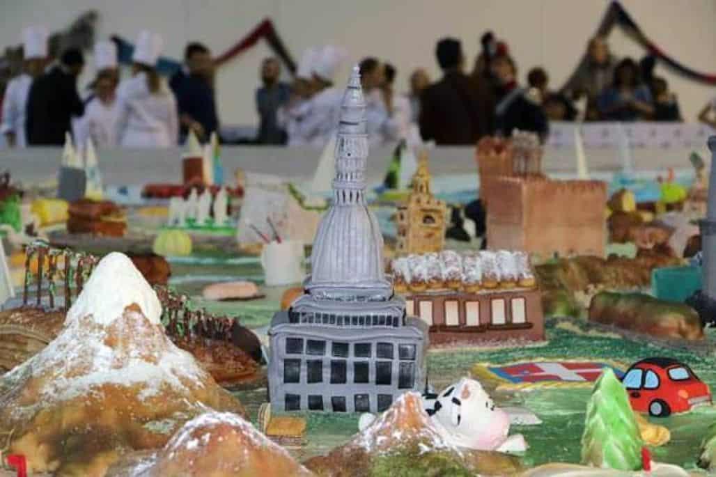 Гигантский торт-скульптура