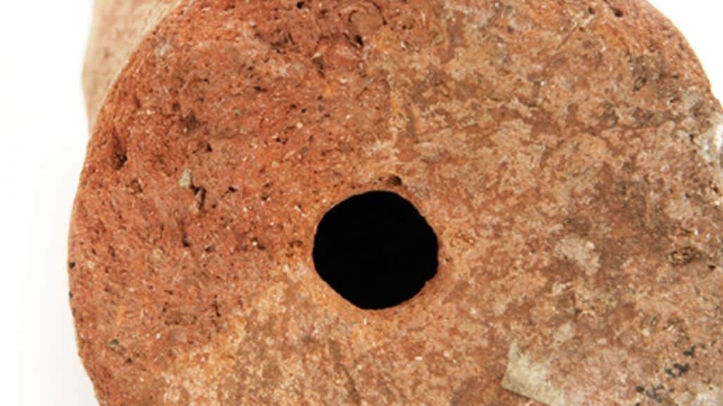 Отверстие в древнем глиняном улье для сбора меда