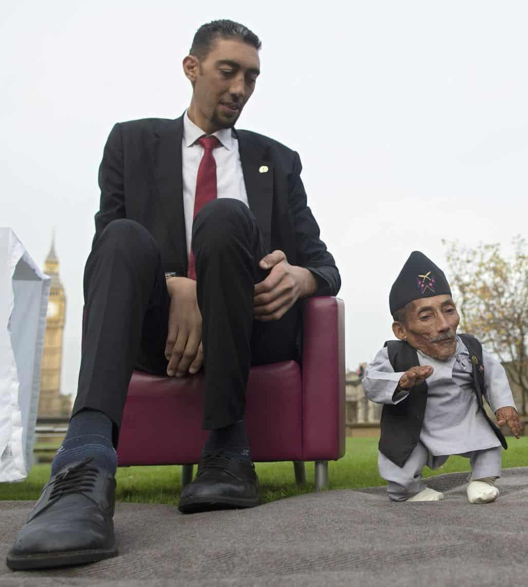 Чандра Бахадур Данги с самым высоким в мире человеком Робертом Першингом Уодлоу