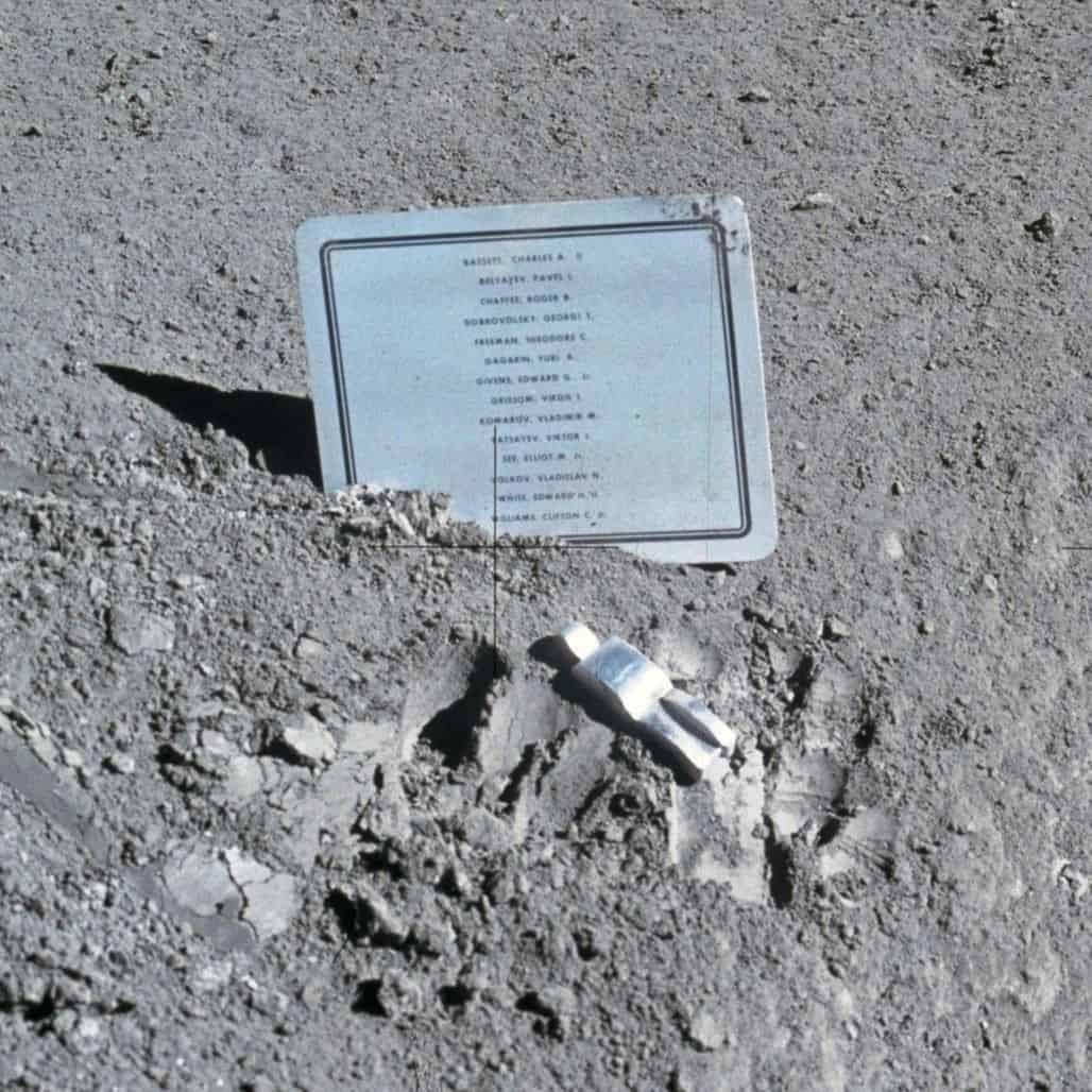 Памятник на луне «Павший астронавт»