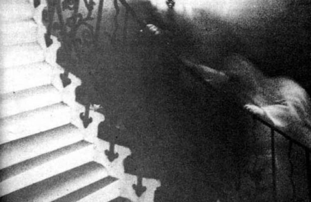 Призрак на спиральной лестнице Морского Музея в Гринвиче