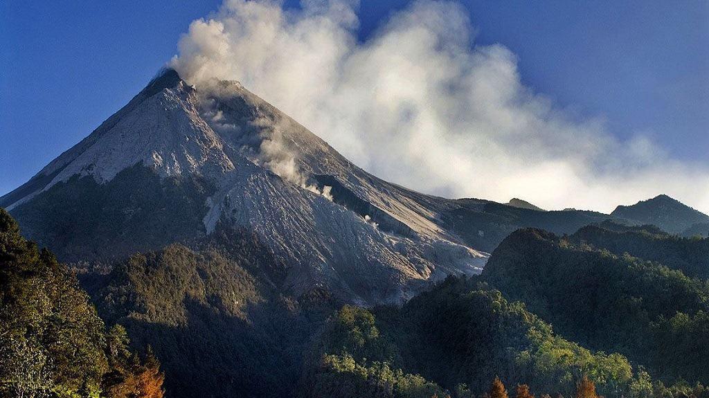 Вулкан Мерапи на острове Ява в ИНдонезии