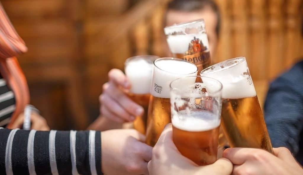 Почему люди чокаются, когда пьют