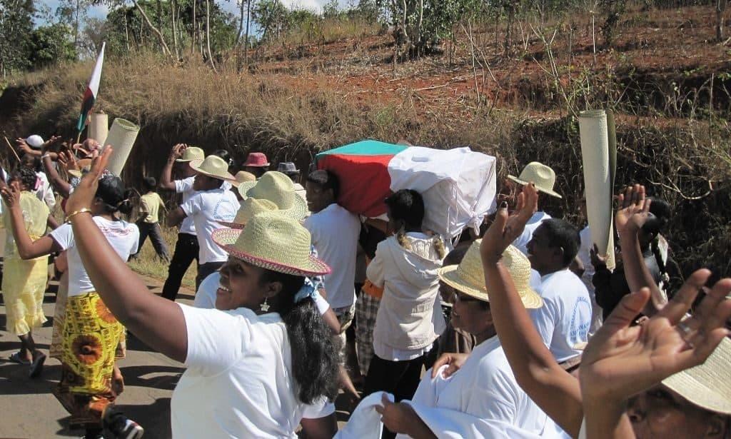 Похоронный ритуал на Мадагаскаре