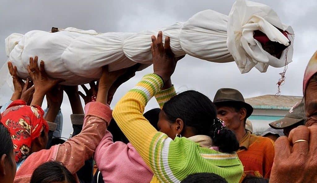 Мадагаскарский ритуальный обычай «Фамадихана»