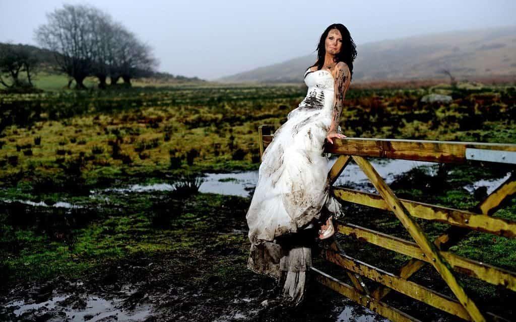 Шотланский свадебный обычай - вывалять невесту в грязи