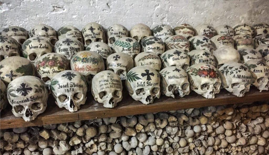 Кости в усыпальнице кладбищенской часовни