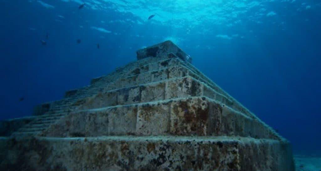 Японские подводные пирамидальные строения