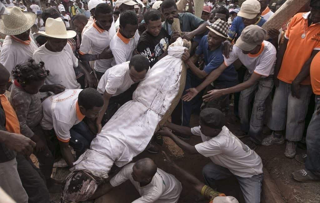 Мадагаскарская традиция «Поворот кости»