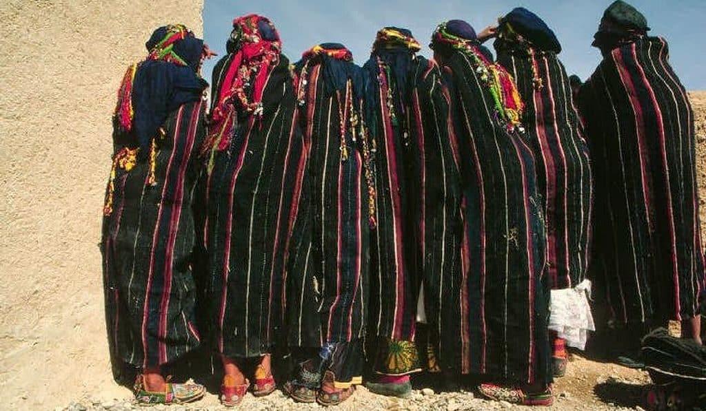 Молодые жительницы Марокко в традиционной одежде