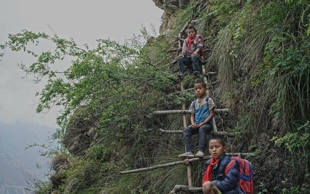 Опасная дорога в школу в китайской горной деревне Чжанцзяцзе