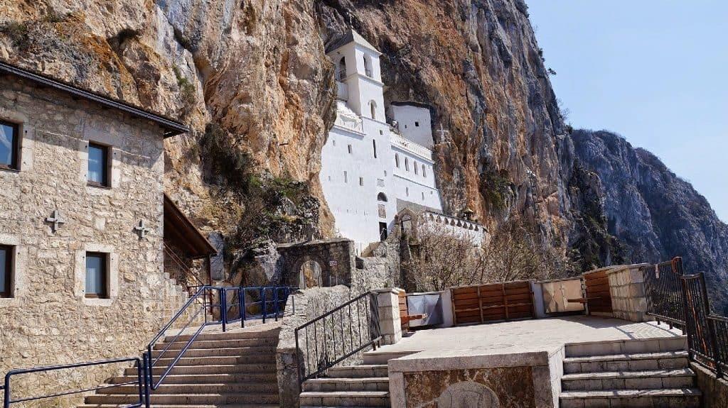 Скальный монастырь Острог в Черногории