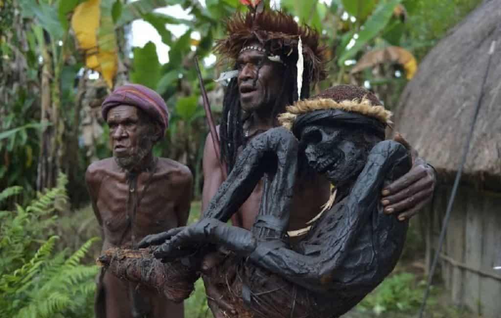 Мумифицирование умерших в племени ангу