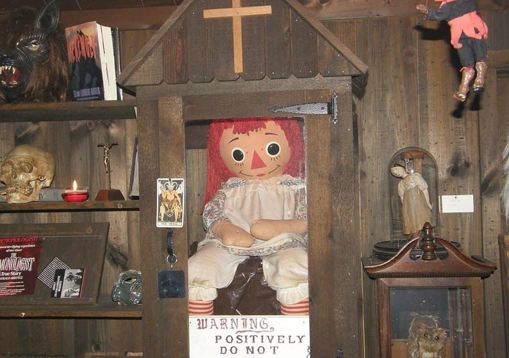 Кукла Анабель в защитном кейсе