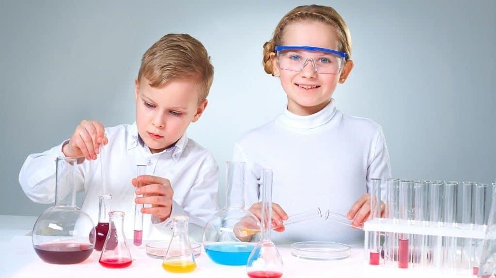 Дети занимаются лабораторными опытами