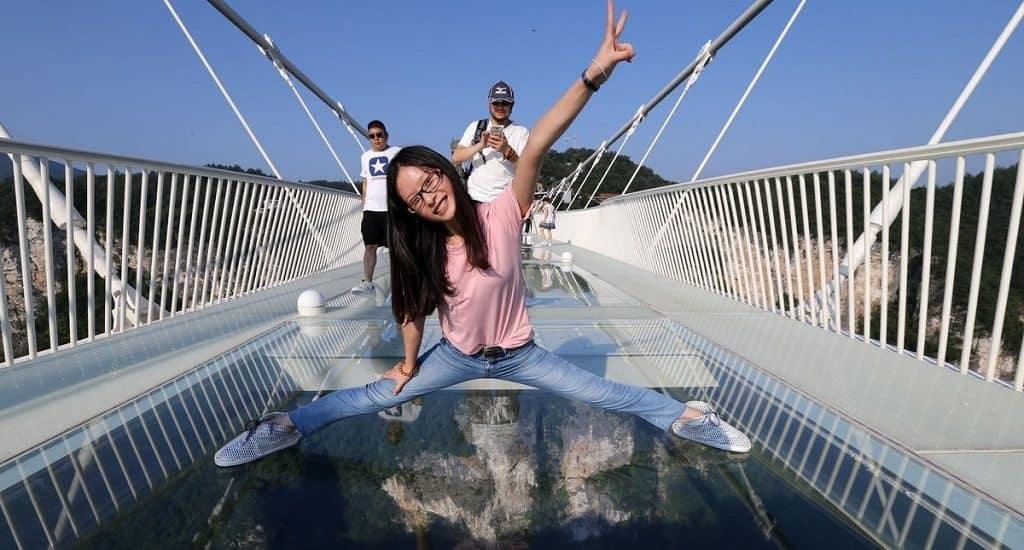 Мост из стеклянных панелей
