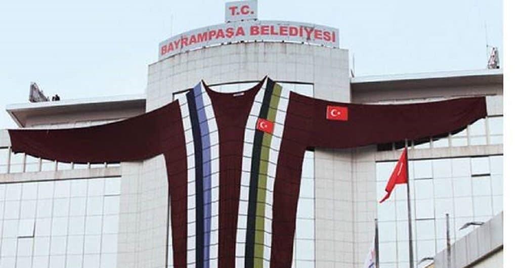 Огромный свитер на здании мэрии Байрампаша