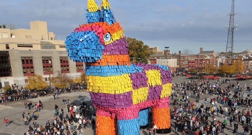 Огромная пиньята-лошадь