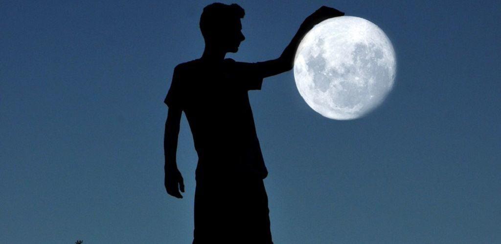 """Луна в """"руках"""""""