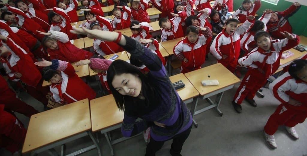 Физические упражнения на уроке в школе Китая