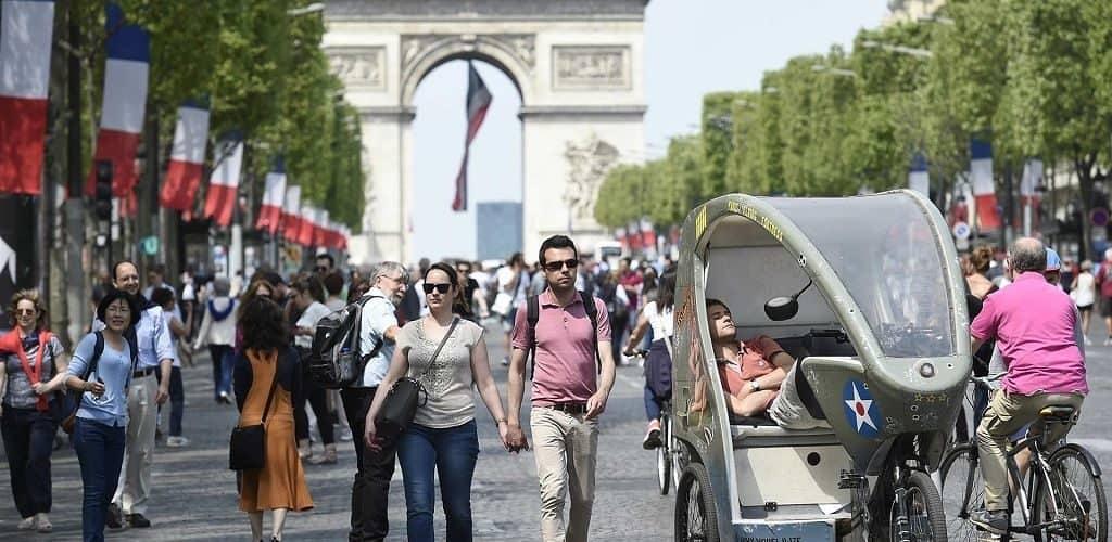Туристы на улицах Парижа