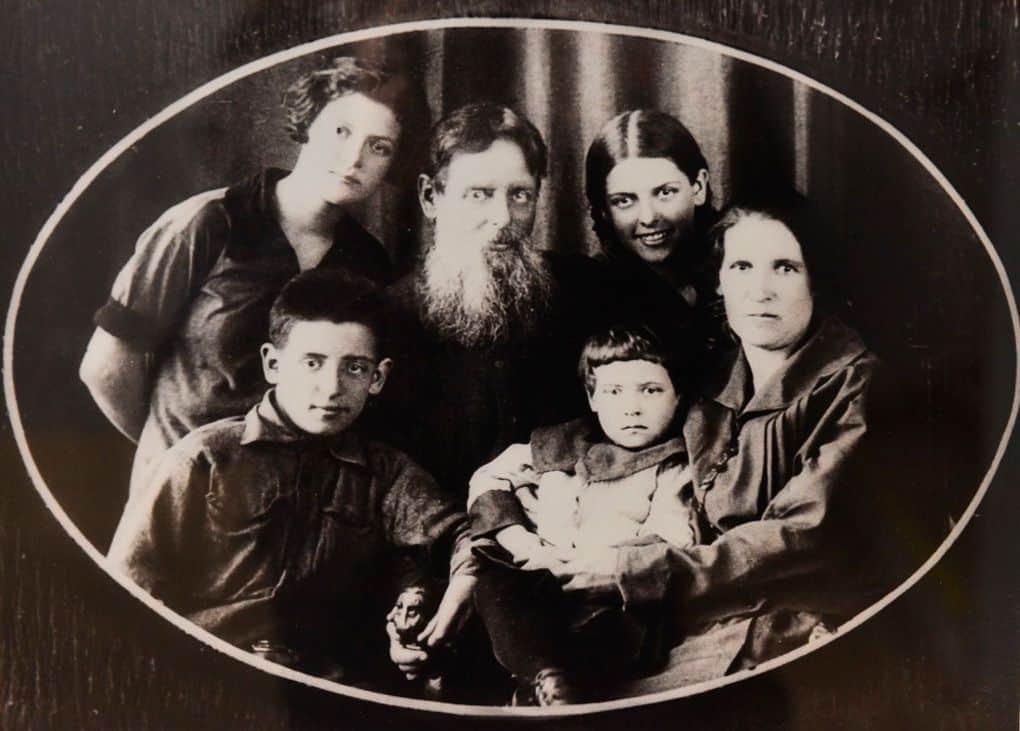 П.П. Бажов с женой и детьми