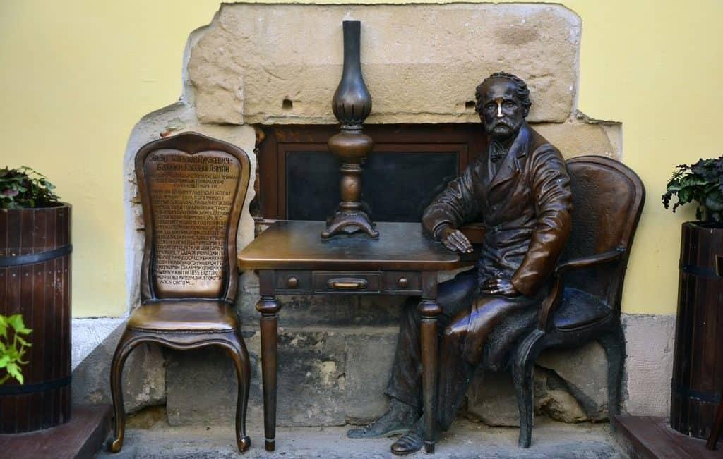Памятник изобретателю керосина