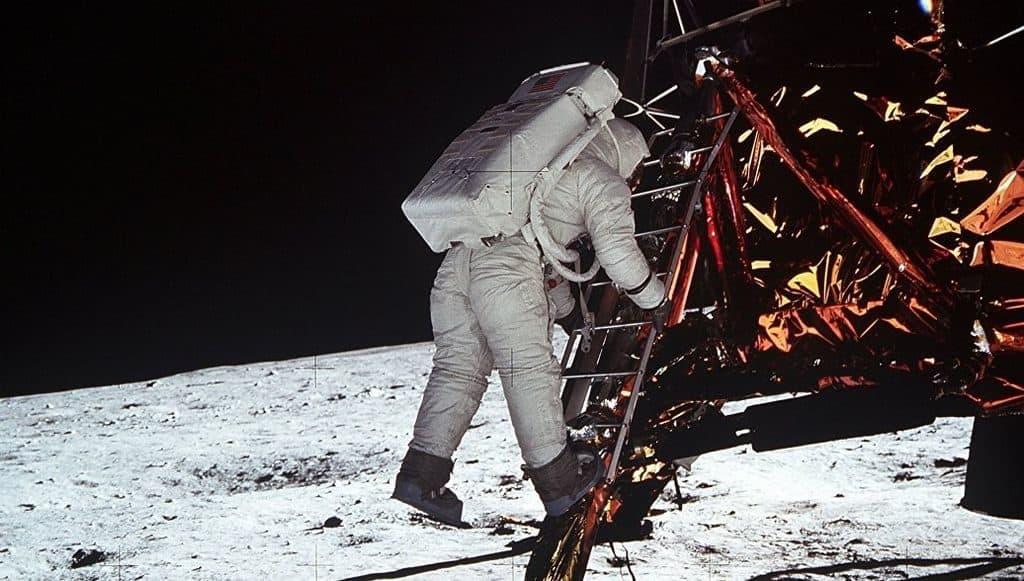 Нил Армстронг спускается на поверхность Луны