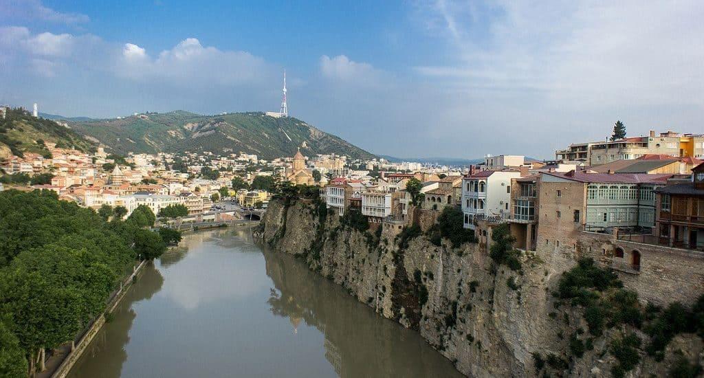 Река Кура, разделяющая Тбилиси на 2 части