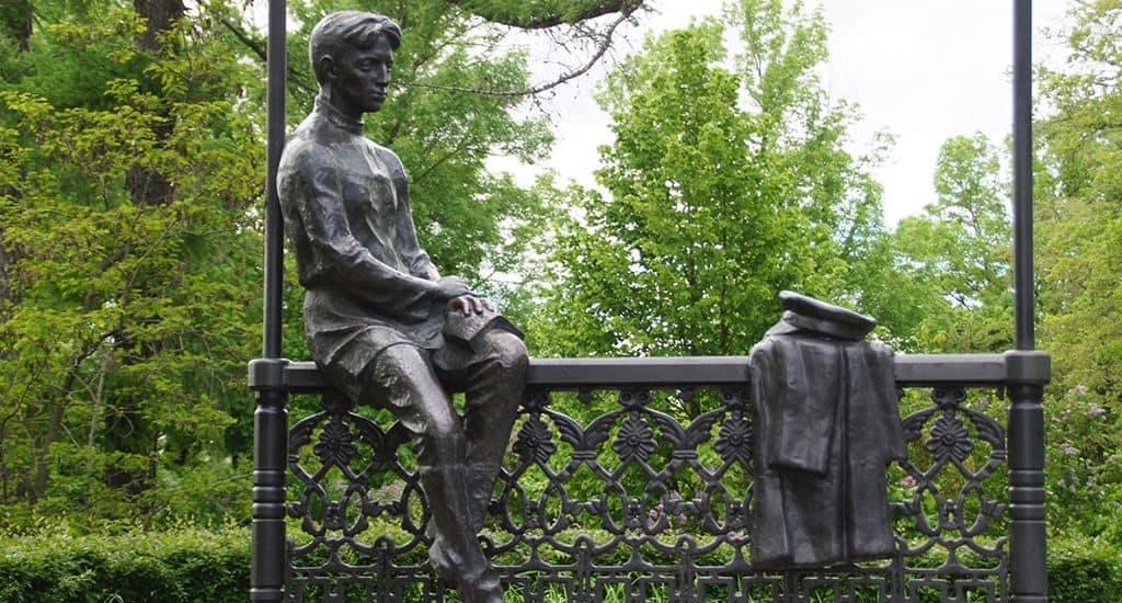 Памятник Бунину-гимназисту