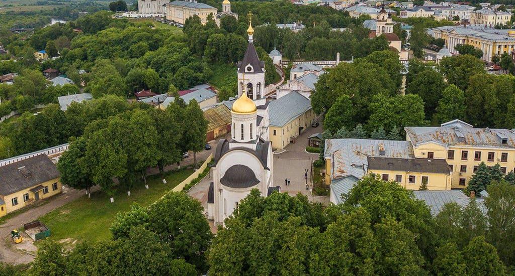 Аллея возле Рождественского монастыря во Владимире