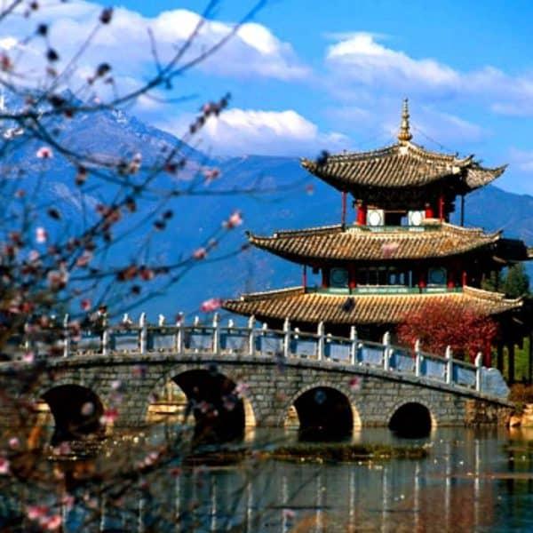 Красивый древний мост с пагодой