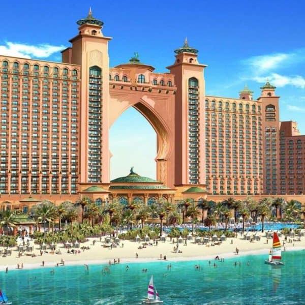 Красивое здание на берегу моря в Дубае