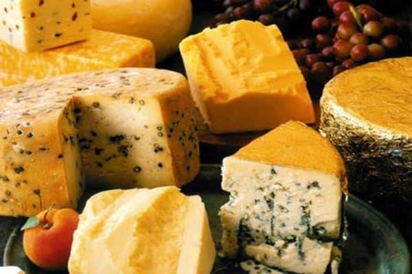 Много вкусного швейцарского сыра