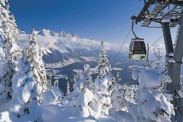 Лыжный подъемник и снег